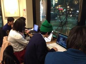 クリスマスイブも朝から企画書作りに励む学生たち